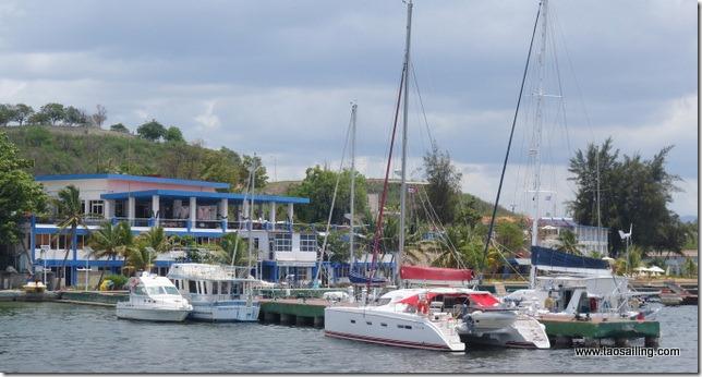 Tao amaré au quai de la marina de Santiago