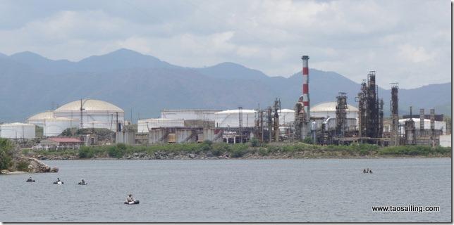 La baie de Santiago est entourée d'usines... et de polution!